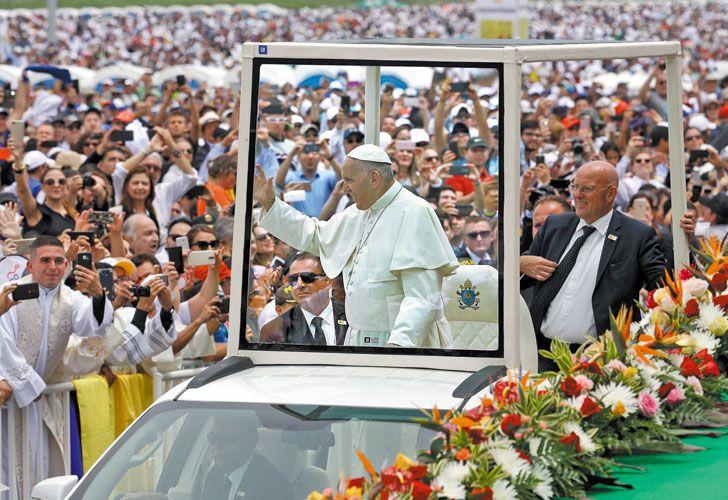 """Fervor. Bergoglio recorrió 50 kilómetros en papamóvil hasta llegar a la misa multitudinaria. Pidió al clero no tener miedo de renovarse y advirtió que la Iglesia no es una """"aduana"""" que repite siempre el """"prohibido el paso""""."""
