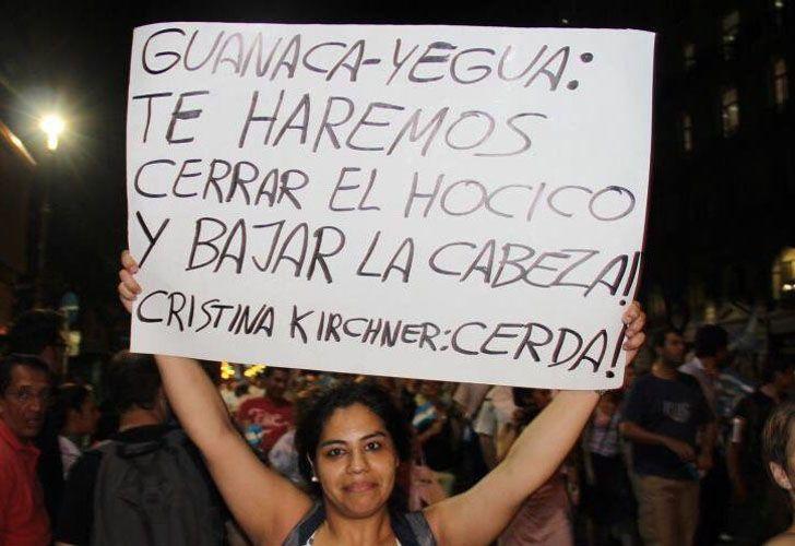 Cristina se refirió a algunos de los carteles en su contra que podían verse durante los cacerolazos contra su gestión.