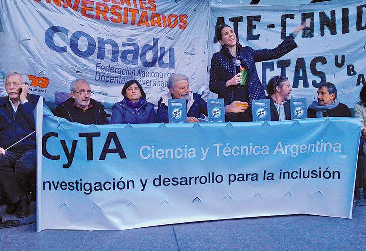 Criticas. Alberto Kornblihtt y otros científcios del grupo CyTA.