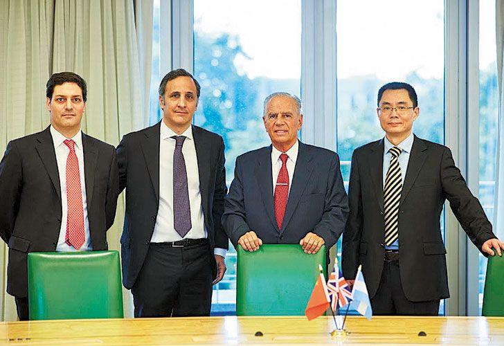 Simbolo. Al centro, Marcos y Alejandro Bulgheroni, CEO y presidente del flamante holding que incluye a Bridas y British Petroleoum.