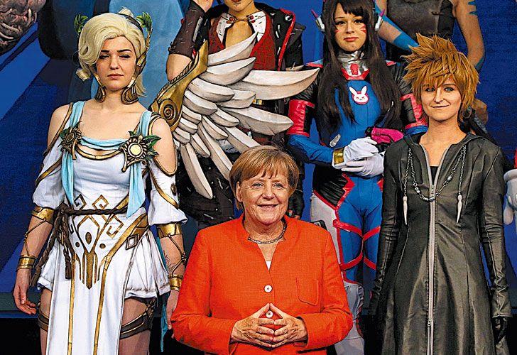 Superpoderosa. Merkel posa junto a heroínas en un reciente evento de la industria 'gamer'.