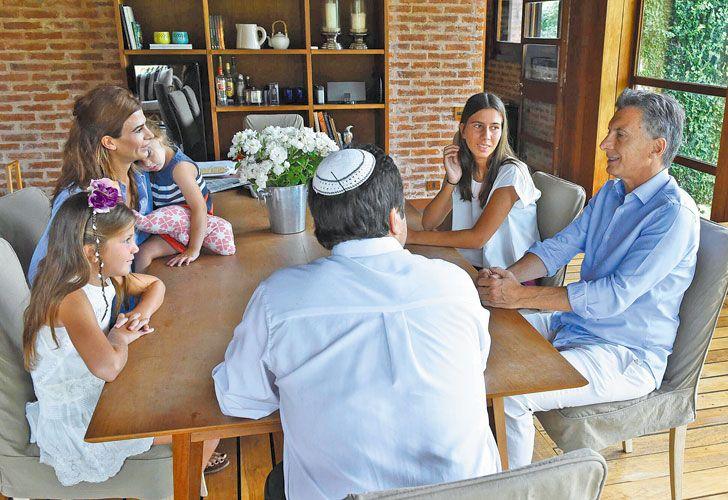 Gesto. En enero de 2016 Macri recibió en la quinta Los Abrojos a las dos hijas del fiscal Nisman.