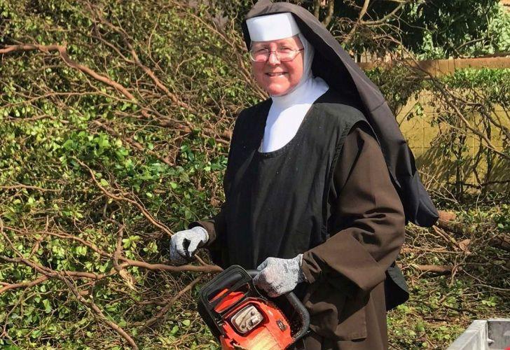 Una monja de Florida se volvió sensación en Internet por un video en el que usa una motosierra para retirar árboles derribados por el huracán Irma