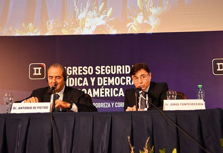Debate. Antonio Di Pietro y Jorge Fontevecchia, en Buenos Aires, mientras que el juez del Lava Jato, Sergio Moro, participó a través de una teleconferencia desde Curitiba.