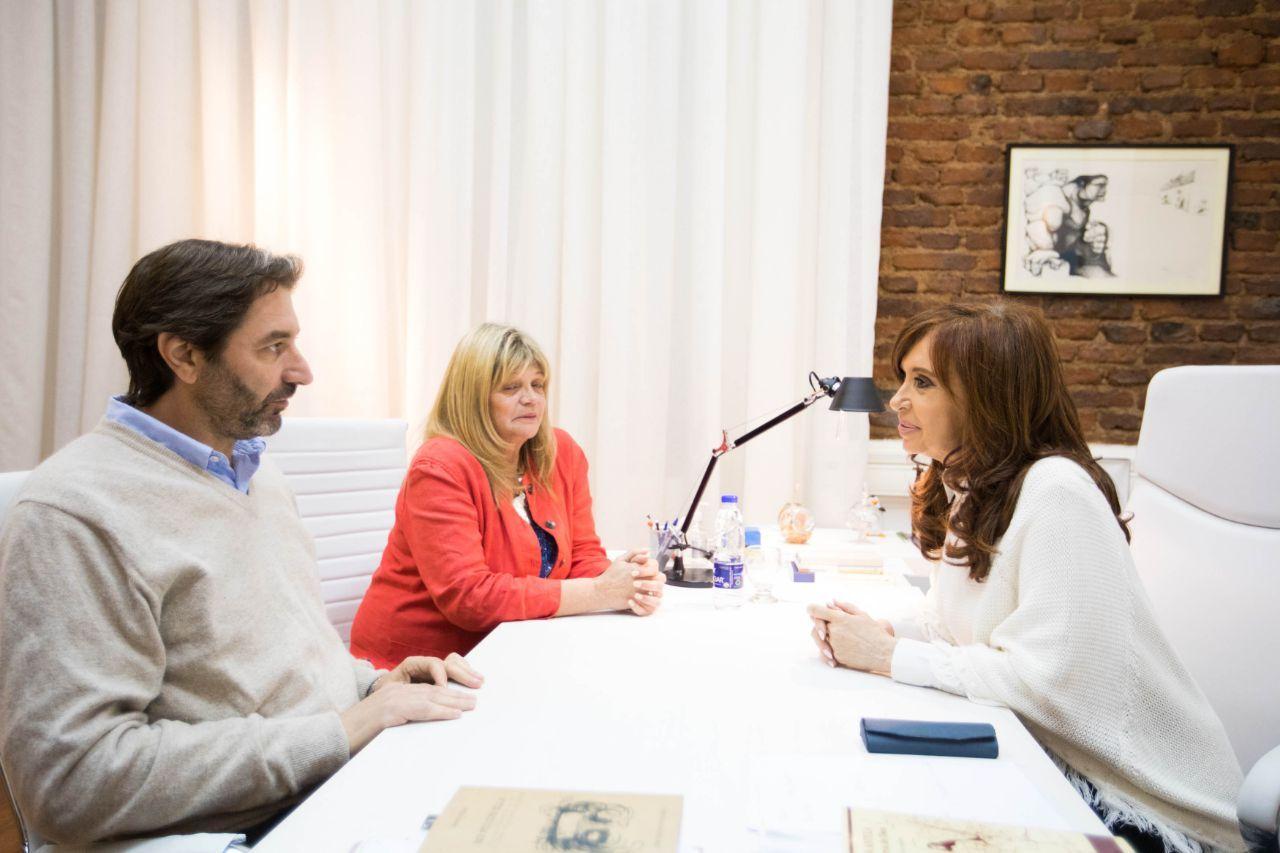 ENCUENTRO. CFK con los candidatos cordobeses Pablo Carro y Valentina Enet.