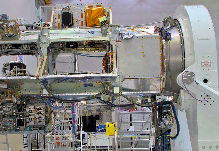 Cuenta regresiva. La antena radar (izq.) que será integrada al satélite tras superar una serie de ensayos. El Saocom 1 (der.) despegará a bordo del lanzador Falcon 9 (Space X) desde la base Vandenberg, California.