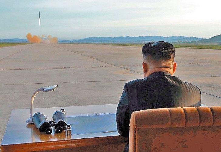 Atento. Kim asiste al lanzamiento de un misil norcoreano.