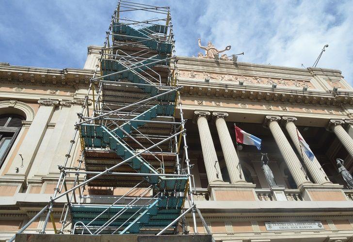 NUEVA CARA. Especialistas analizan materiales para utilizar en lo que será la nueva fachada del Teatro San Martín.