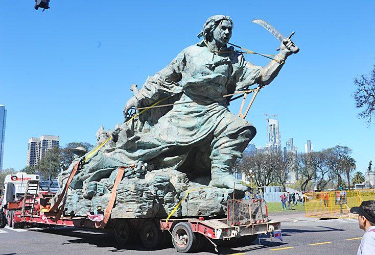En marcha. El traslado de la estatua de Zerneri cortó el tránsito y sorprendió a los peatones.