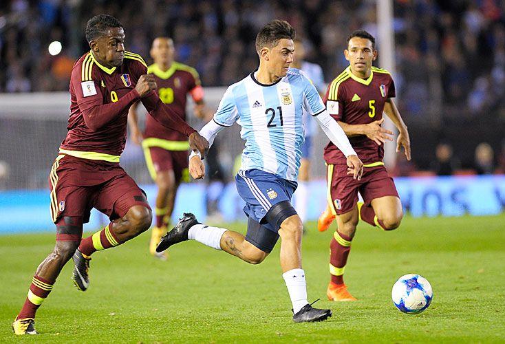 Perdido. Dybala confesó que cuando juega con Messi no se siente cómodo.