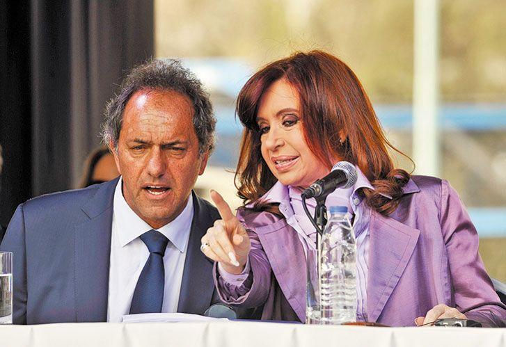 PAREJA DESPAREJA. La ex presidenta y el ex gobernador relanzaron la campaña electoral.