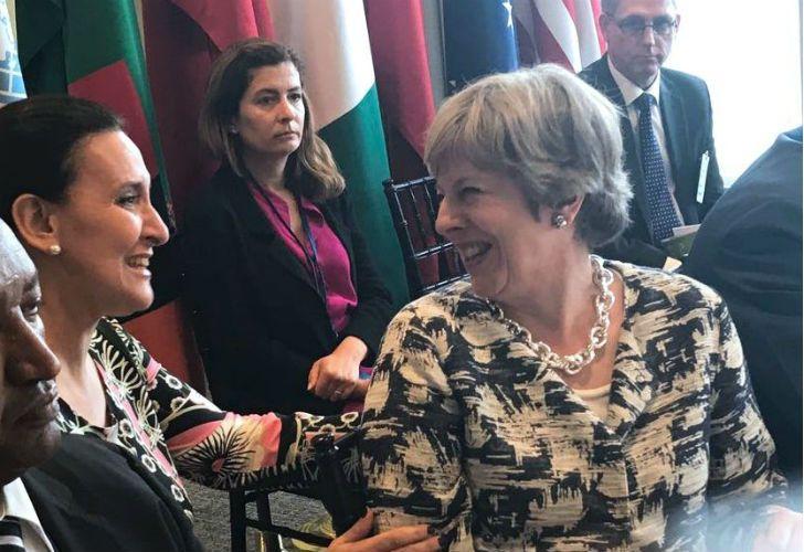 Gabriela Michetti junto a la premier británica Theresa May.