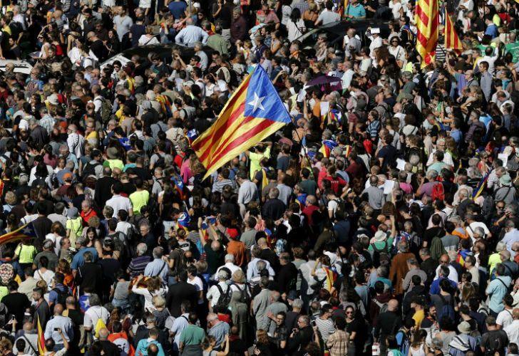 Miles de catalanes salieron a la calle para manifestarse.