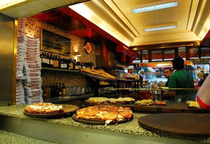 La tradicional pizzería fue asaltada ayer por la madrugada.