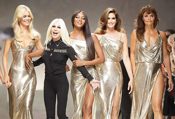 Doradas. (De izq. a der.) Claudia Schiffer, Donatella Versace, Naomi Campbell, Cindy Crawford y Helena Christensen con los famosos vestidos metálicos, en Milán.