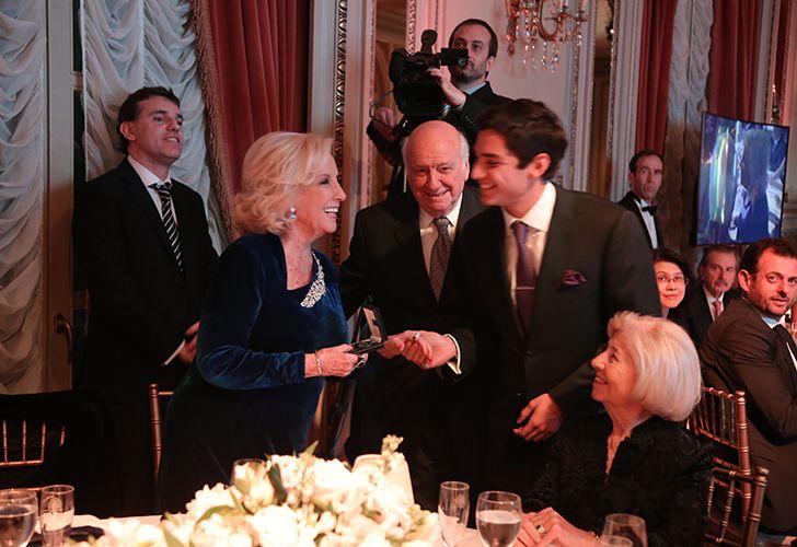 Mirtha Legrand recibe premio que le entrega Alejandro Bulgheroni hijo en la Gala de la Fundación Educando