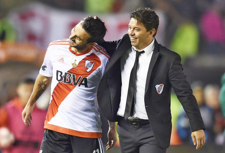 Cara y ceca. Gallardo abraza a Scocco luego de sus cinco goles contra Wilsterman. Aguirre, luego de perder con Lanús, renunció.
