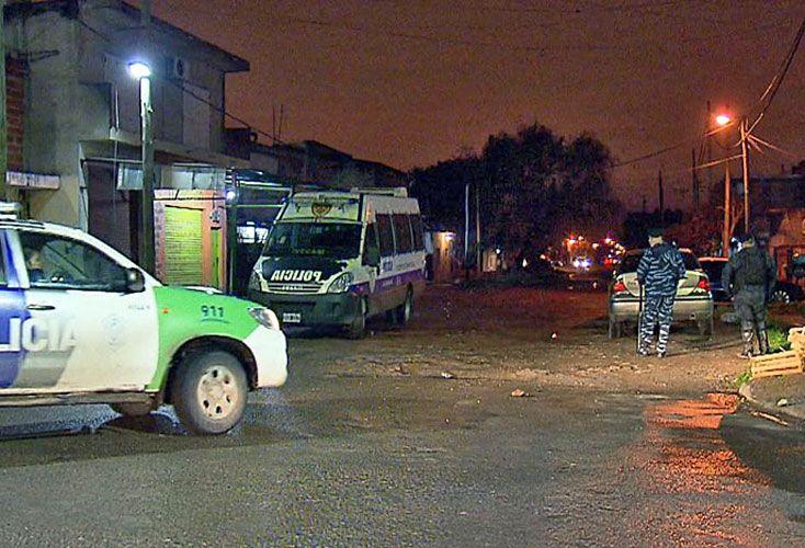 Escena. La policía custodia el comercio asaltado tras la reacción de los familiares de las víctimas.