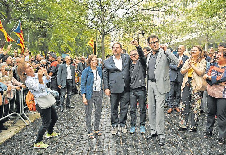 Apoyo. Junqueras (centro), junto a los funcionarios liberados ayer.