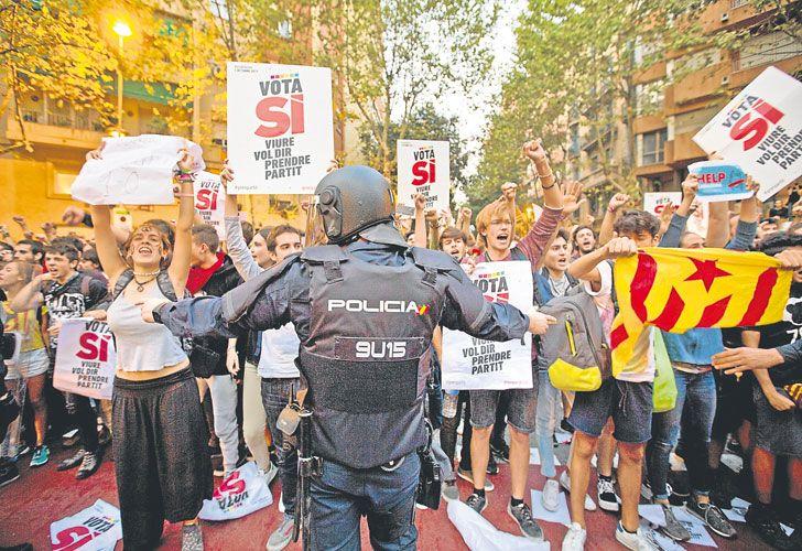 """Tension. Estudiantes a favor de la independencia tomaron ayer la Universidad de Barcelona y desplegaron banderas esteladas, en rechazo al """"comportamiento antidemocrático del Estado español"""". Gran operativo de seguridad para que el 1º de octubre no haya consulta popular."""