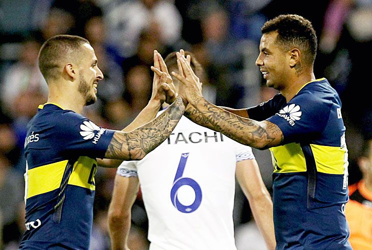 Dúo dinámico. Benedetto y Edwin Cardona se saludan. Cuando se juntan, los atacantes marcan la diferencia. Ayer quedó claro contra Vélez.