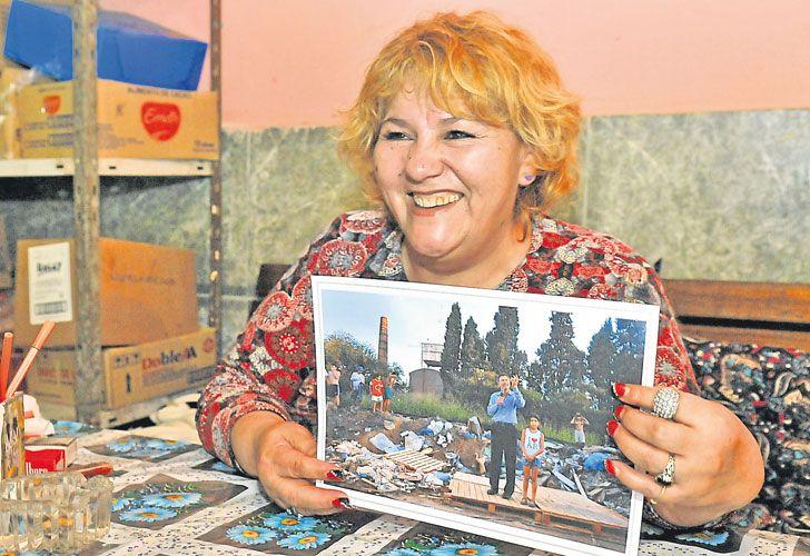 Recuerdo. Asunción Carballo con la foto de su hija y Macri.