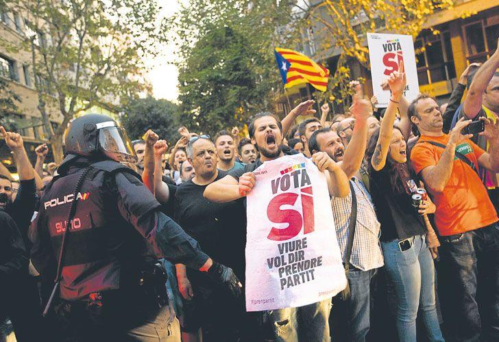 Madrid vs Barcelona. El fervor nacionalista enfrenta al gobierno de España con el de Cataluña. Rajoy instó a la Generalitat a rectificarse.
