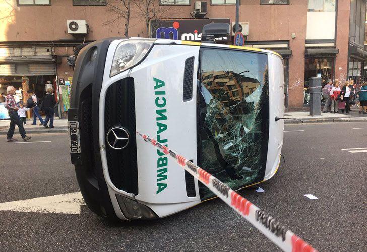 Una ambulancia chocó con un automóvil en la esquina de Entre Ríos y Moreno