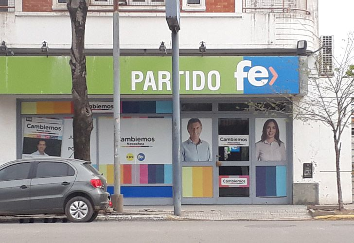 La sede de Necochea del Partido Fe ya no tiene la imagen del Momo Venegas