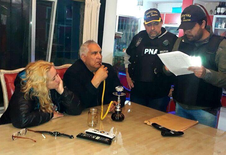 El sindicalista de la UOCRA Juan Pablo Medina fuma narguile al momento de su detención.