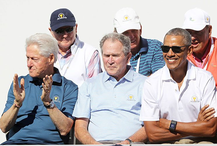 El club de los ex. Clinton, Bush (h) y Obama, espectadores de lujo de la Copa de los Presidentes. Allí, Barack charló con Tiger Woods.