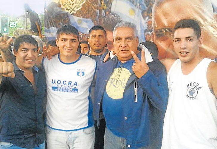 En familia. Medina junto a Cristian, alias Puli, su hijo mayor (de camisa azul) reinaban hasta esta semana en la Uocra de La Plata. La familia sindical está detenida.