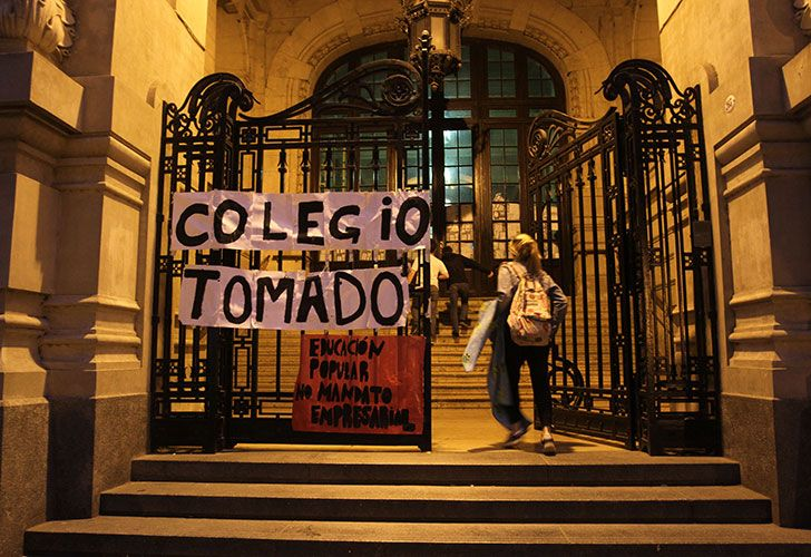 La fachada del Colegio Nacional Buenos Aires durante la última toma.
