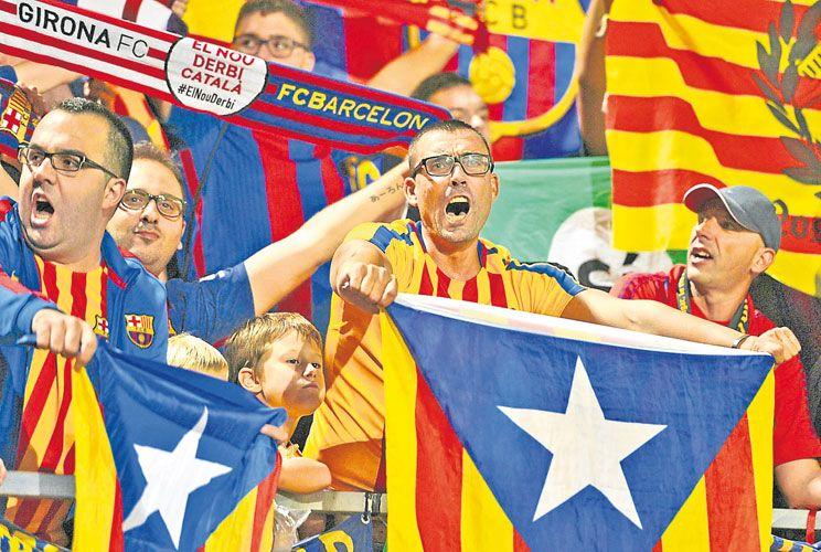 Por los colores. La senyera es parte del paisaje cotidiano en las tribunas del Camp Nou.