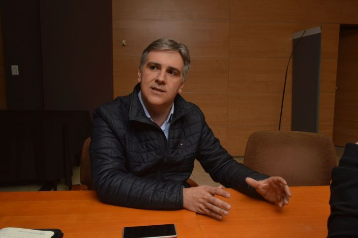 """DIFERENCIAS. """"Nosotros somos los que tenemos la camiseta de Córdoba"""", dice Llaryora, remarcando las diferencias con Cambiemos."""