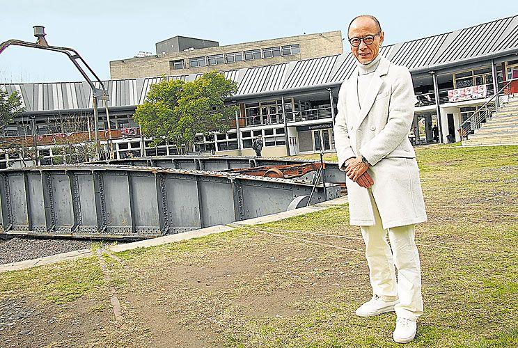 Visita. De impecable atuendo Sakaushi recorrió el campus de San Martín y también el basural.