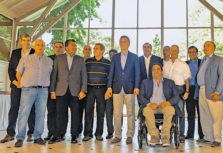 BRINDIS. El presidente Mauricio Macri celebra en la escena con los sindicatos.