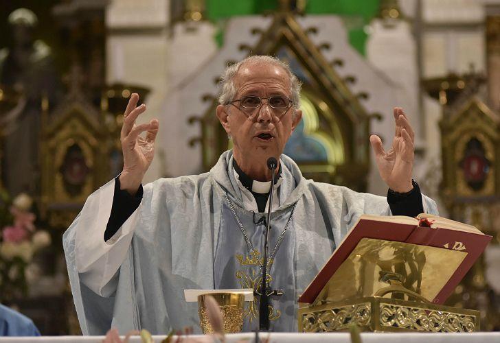 El cardenal Poli habla a los fieles en Luján.