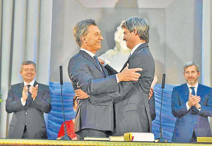 """Prat-Gay: """"El discutidor"""" asumió como ministro de Hacienda en 2015. Macri no lo pudo soportar."""