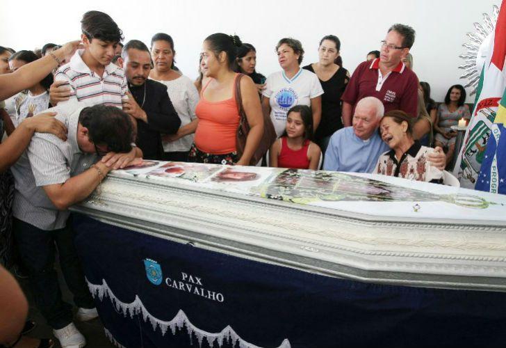 Enterraron a los siete niños quemados vivos por el vigilante de una guardería en Brasil.