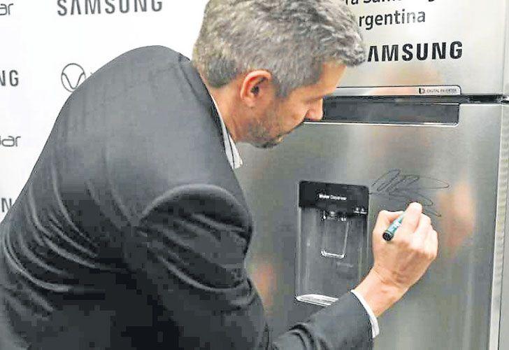 Estreno. Marcos Peña visitó la planta de heladeras de Samsung el día de la inauguración.