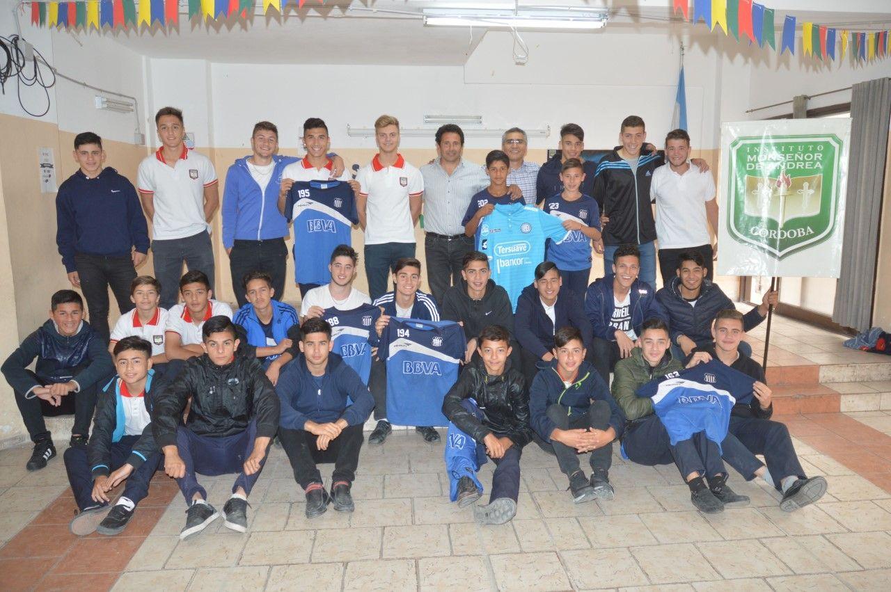 Todos patean para el mismo arco. Los jóvenes futbolistas de Belgrano y Talleres, en el Instituto Monseñor de Andrea.