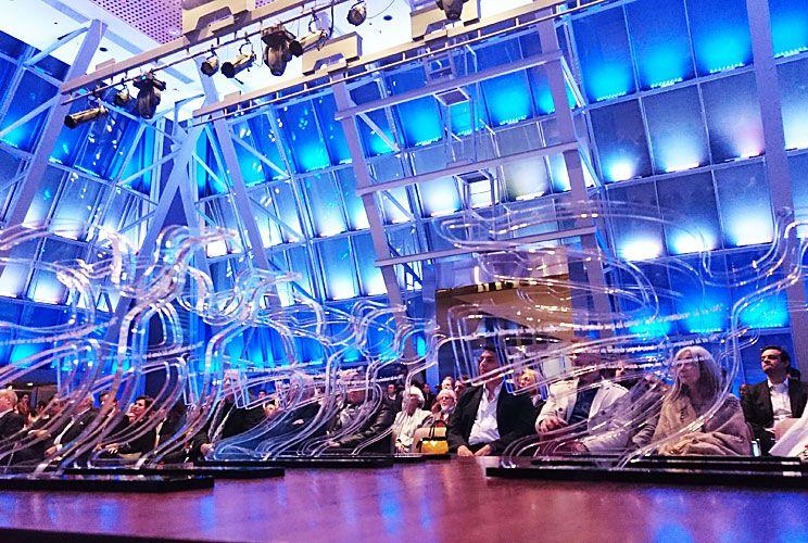 Gaviotas. El premio en su version 2017, transparente, y en primera fila los invitados en el CCK.