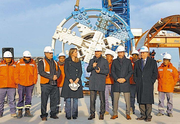 Puesta en marcha. Macri, Frigerio y la candidata bonaerense, Gladys González, durante una recorrida por las obras de la red troncal de cloacas en Dock Sud.