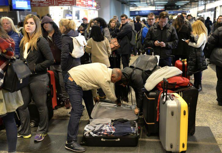 Miles de pasajeros quedaron varados en Ezeiza y Aeroparque por la cancelación de sus vuelos.
