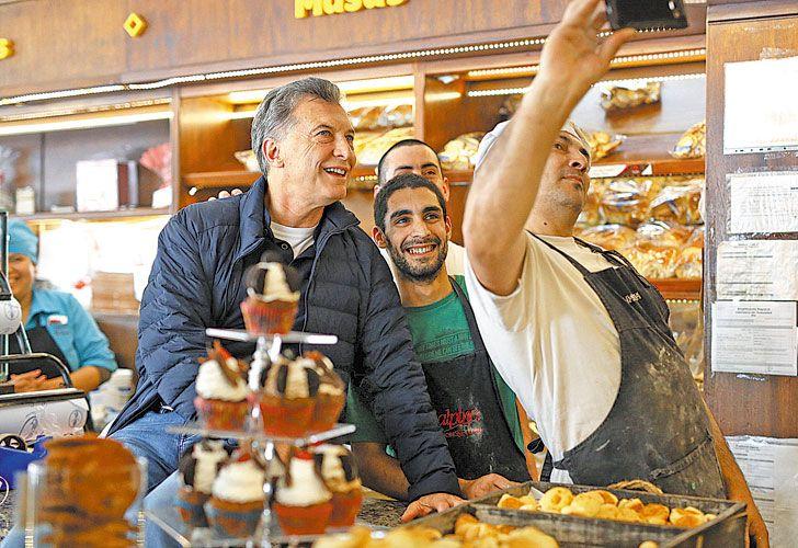 Ultimo sabado de campaña. Mauricio Macri participó de un timbreo en Necochea y se sacó selfies con sus seguidores. Cristina Kirchner encabezó un aco en La Matanza, adonde volverá el jueves para su última actividad antes de las elecciones.