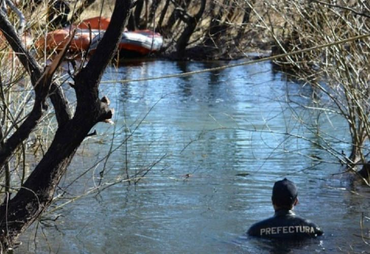 Con la llegada de Sergio Maldonado, movieron el cuerpo hallado en el Río Chubut.