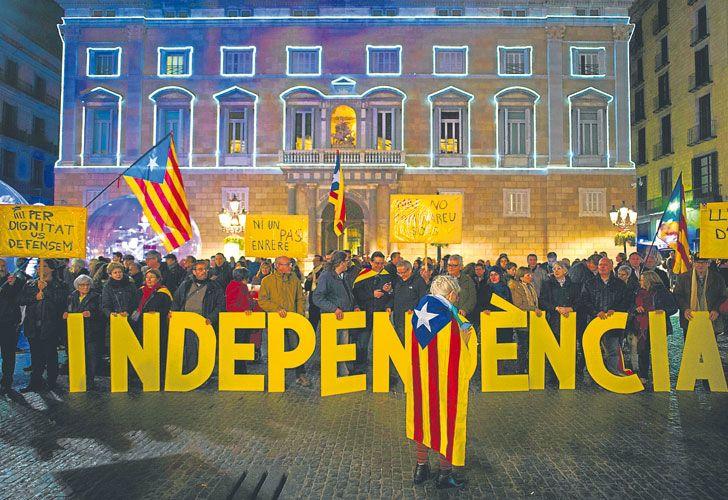 """Clamor. Dos millones de catalanes votaron a favor de la secesión, según datos del Govern. Tras el referéndum, declarado ilegal por la Justicia, Carles Puigdemont """"suspendió"""" la independencia."""