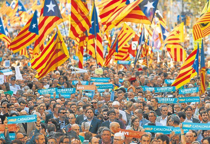 Decision. El presidente lideró el Consejo de Ministros que resolvió las medidas que votará el Senado el próximo viernes. Alrededor de 450 mil catalanes protestaron contra la intervención.