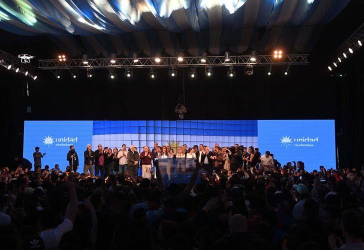 Los asistentes al espacio de Unidad Ciudadana esperan datos oficiales del recuento de votos.